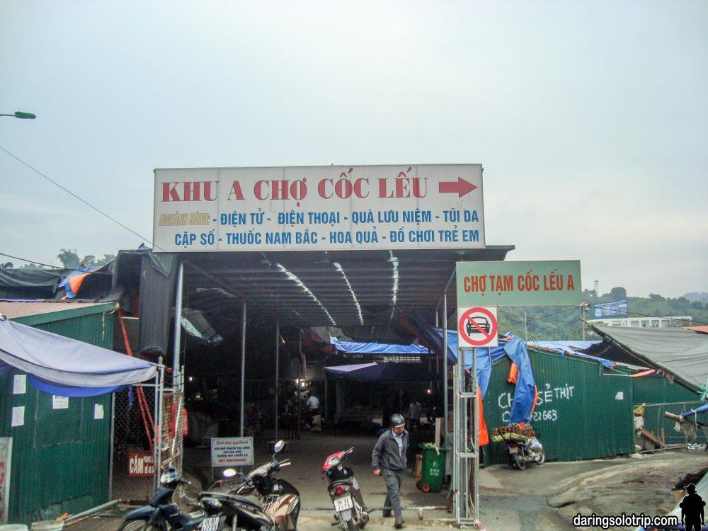 Chợ Cốc Lếu, phía sau là Sông Hồng